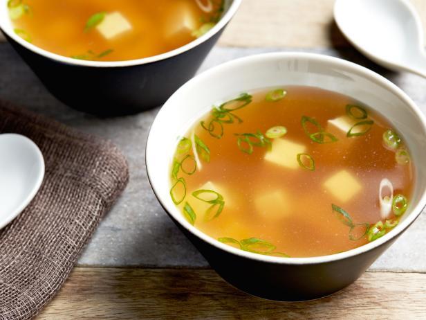 zdjęcie zupy miso do artykułu o jej kaloryczności