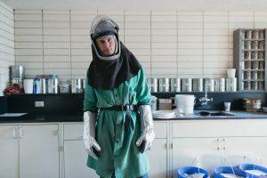 Osoba badająca rozwój bakterii